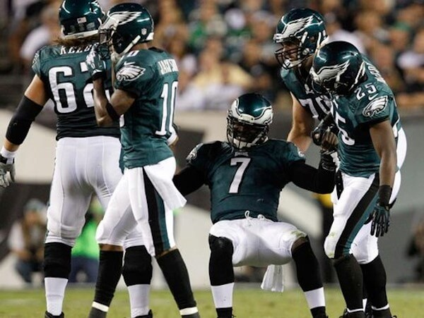Michael Vick teammates gives helping hand