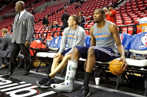 kevin-durant-walking-boot-on-the-bench